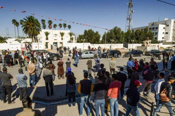 原料图片:10月27日,突尼斯西迪布吉德市民多在市中央的穆罕穆德·布瓦齐齐广场集会,请求当局挑供安详的做事。(法新社)