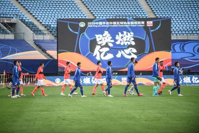 广州恒大淘宝队和上海绿地申花队球员在比赛前入场。新华社记者潘昱龙摄