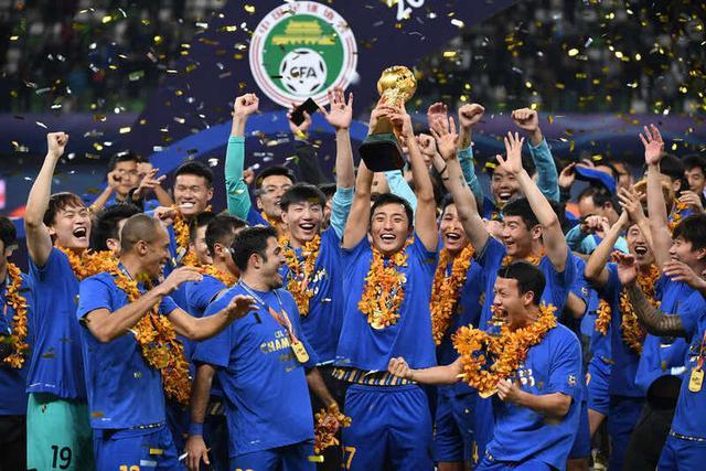 江苏苏宁易购队在中超冠军颁奖仪式上庆祝。新华社记者李博摄