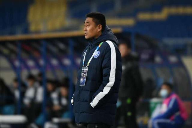 昆山FC队主教练高尧在场边观战。新华社发(史康摄)