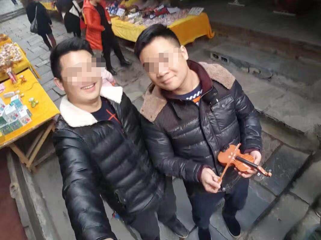 易勇(右边)和弟弟易文的相符照。受访者供图