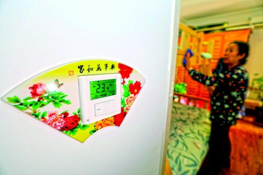 ▲12月15日,石家莊某小區居民家中,室溫收集設備實時監測室內溫度,并上傳至供熱辦理中心智能化辦理渠道。新華社發(梁子棟攝)