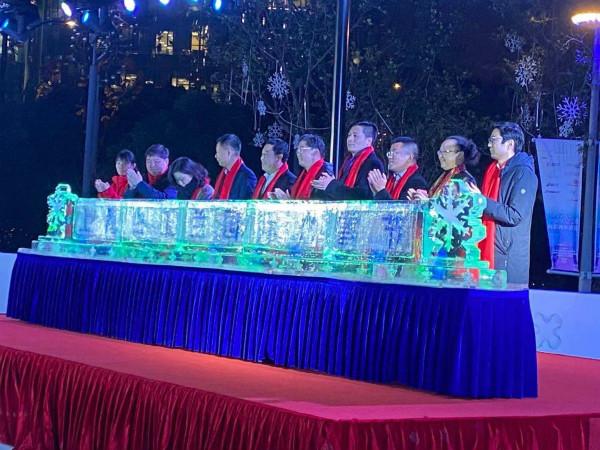 """图说:""""上海白玉兰国际冰雪节""""开幕式昨晚在上海白玉兰广场拉开帷幕。袁玮 摄(下同)"""