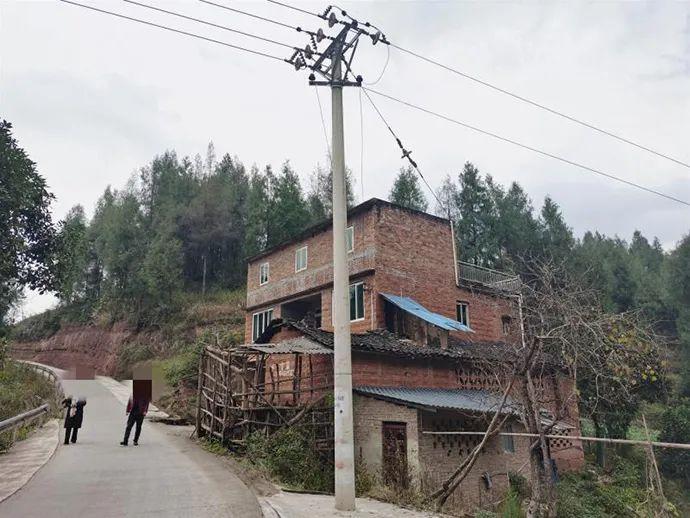 蒋某银、刘某会和两个女儿的家,独门独户坐落在双新河旁。