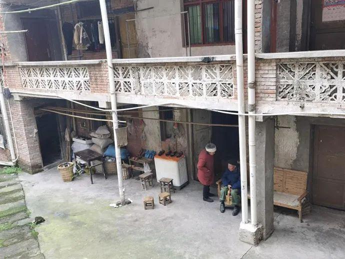 蒋某银刑释后,将龙夏孜老两口赶出家门,两位老人在柏家镇一老旧房屋租住。