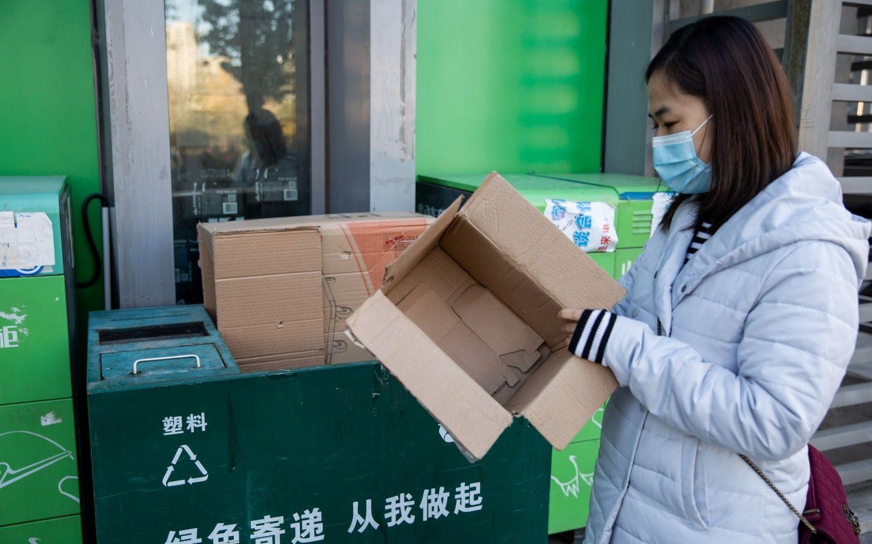 11月20日,北京某绿色快递点,工作人员设置了快递包装回收处,市民可以将废弃快递盒放到此处。快递员打包时,优先使用这里的包装袋。摄影/新京报记者李凯祥