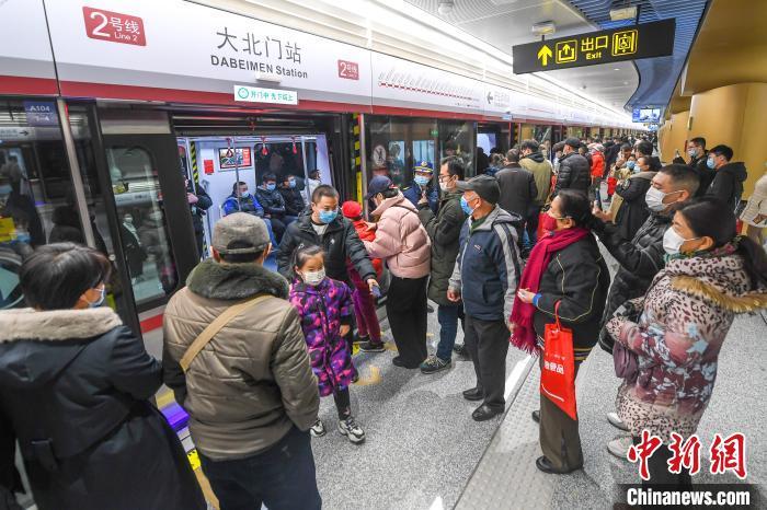"""山西首条地铁开通,市民""""尝鲜""""体验。 武俊杰 摄"""