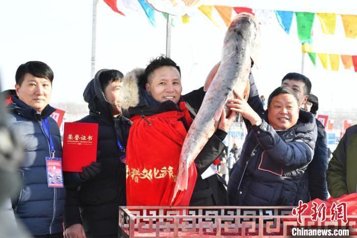 """""""头鱼""""拍出2999999元 吴兆飞 摄"""