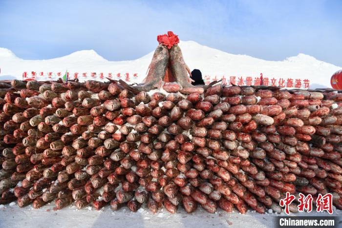 冬捕现场堆起鱼垛,甚是壮观。 吴兆飞 摄