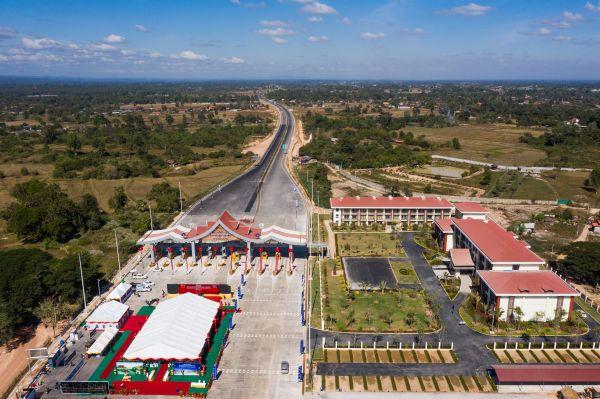 这是12月20日在老挝首都万象拍摄的中老高速公路万象至万荣段