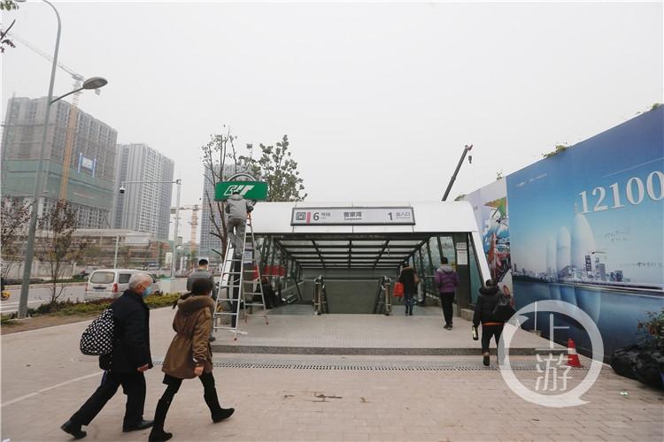 """重庆曹家湾地铁站""""逆袭""""引外国网民热议 记者现场打探:附近高楼林立"""