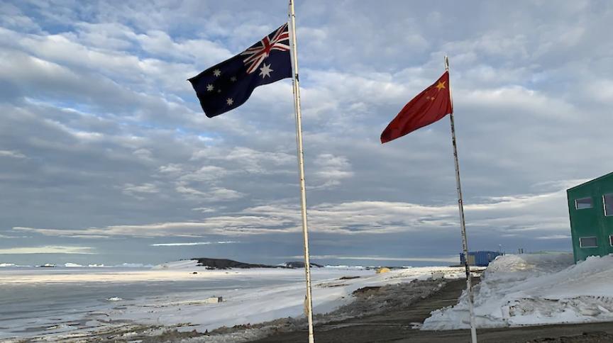 澳大利亚戴维斯站挂首了中国国旗