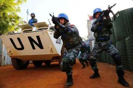 乱港分子周庭被捕,戴着手铐押上警车