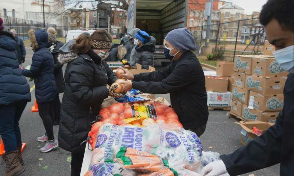 英媒:政府不伸援手 美民众疫情中不得不抱团自救