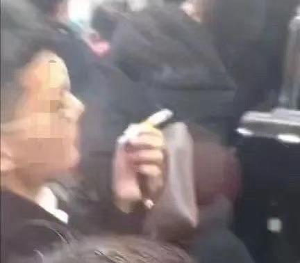 男子在上海地铁车厢连抽带点3支烟被行拘:我压力大