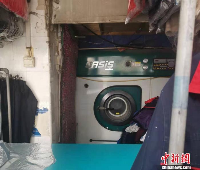图为北京西城区一家洗衣店里,摆放着干洗机。 中新网记者 谢艺观 摄
