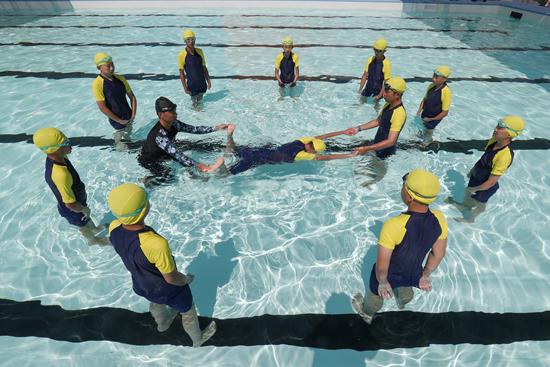 52名日本小学生沉船团体脱险 游水求生教育被注重