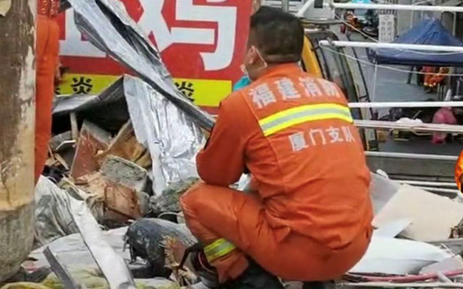 厦门市消防救援支队特勤一站副站长周建仁在现场放声大哭。 消防供图