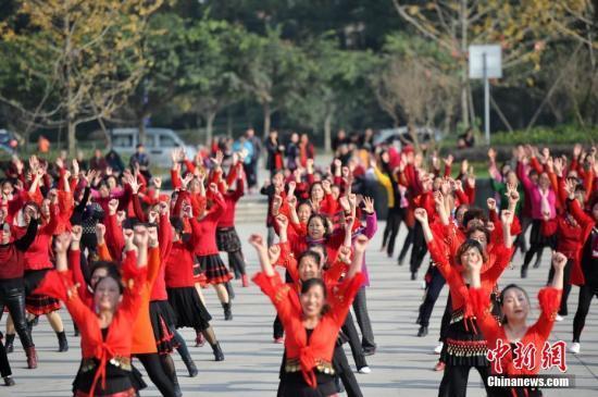 原料图:成都数百市民齐聚某广场,以歌弯《天府之国》为背景音笑同跳广场舞。 张浪 摄