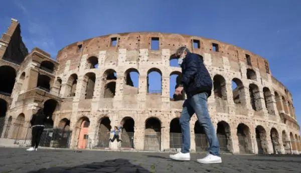 3月10日,在意大利始都罗马,别名戴口罩的外子从斗兽场旁行过。新华社 图