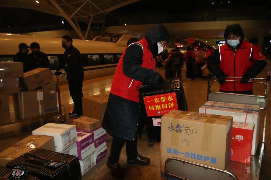 做事人员在武汉火车站搬运医疗物资(中国铁路武汉局集团公司供图)