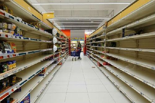 3月5日,在法国巴黎北部一家大型连锁超市,摆放意大利面和大米的货架仅剩下细碎商品。(高静/摄)