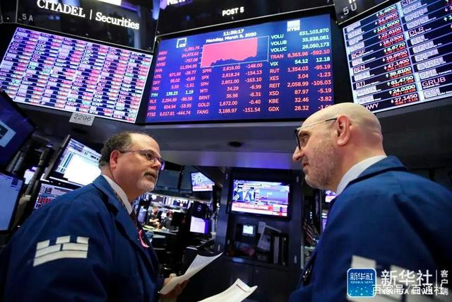 △ 3月9日,营业员在美国纽约证券营业所做事。美国股市上涨用绿色外示,下跌用红色外示。新华社记者 王迎 摄