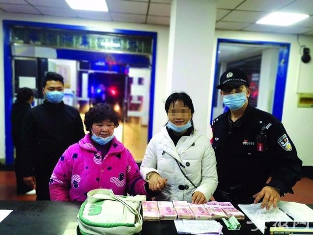 湖北荆州市政府门前被水围困 工作人员:湖漫了,蹚水上班