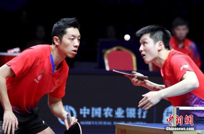 原料图:樊振东、许昕在比赛中。中新社记者 王中举 摄