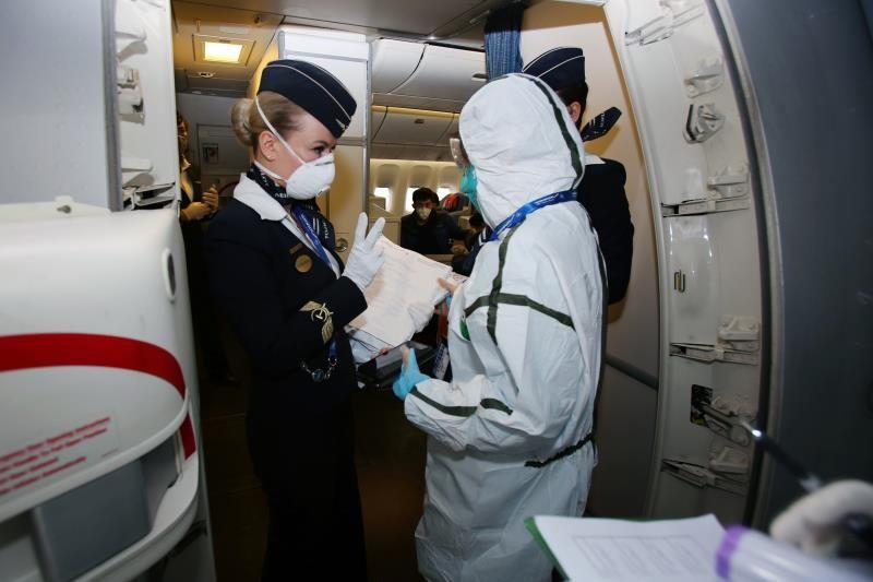 北京海关关员对重点航班进行登临检查 摄影:邓旭
