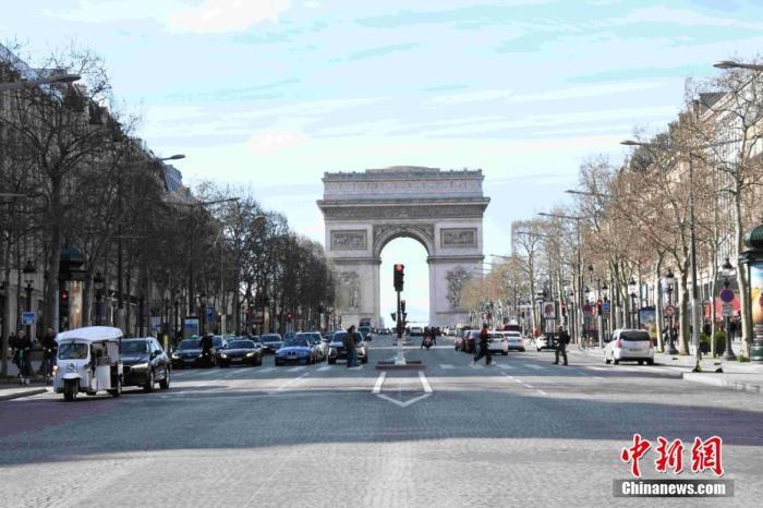 当地时间3月15日,法国巴黎处于防范新冠肺炎疫情工作最高阶段(第三阶段),巴黎地标凯旋门当天起对外关闭,直到另行通知为止。 中新社记者 李洋 摄