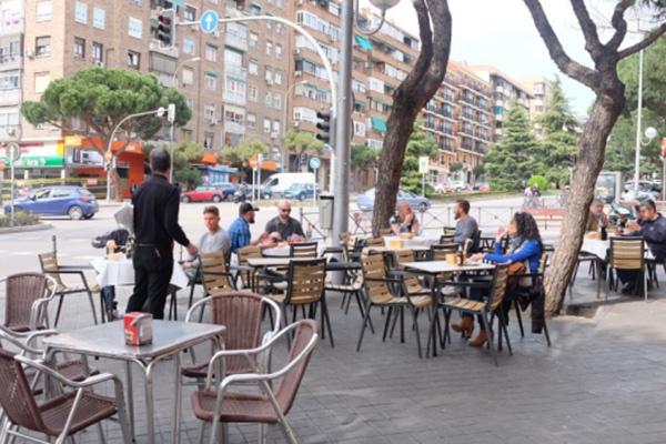 3月12日的马德里街头,镇日后,马德里自治区关闭了餐厅和酒吧。本文图片均由作者挑供