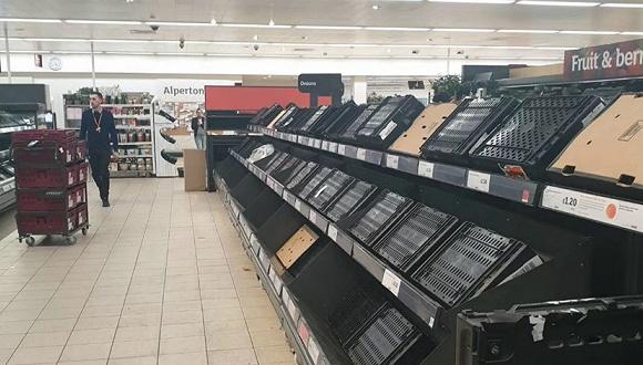 欧洲边境车队拥堵达45公里 民众涌进超市抢购生活物资