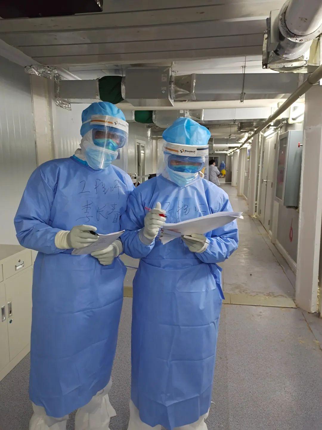 李长春和队员在火神山医院感染区标定烟感探测器。受访者供图