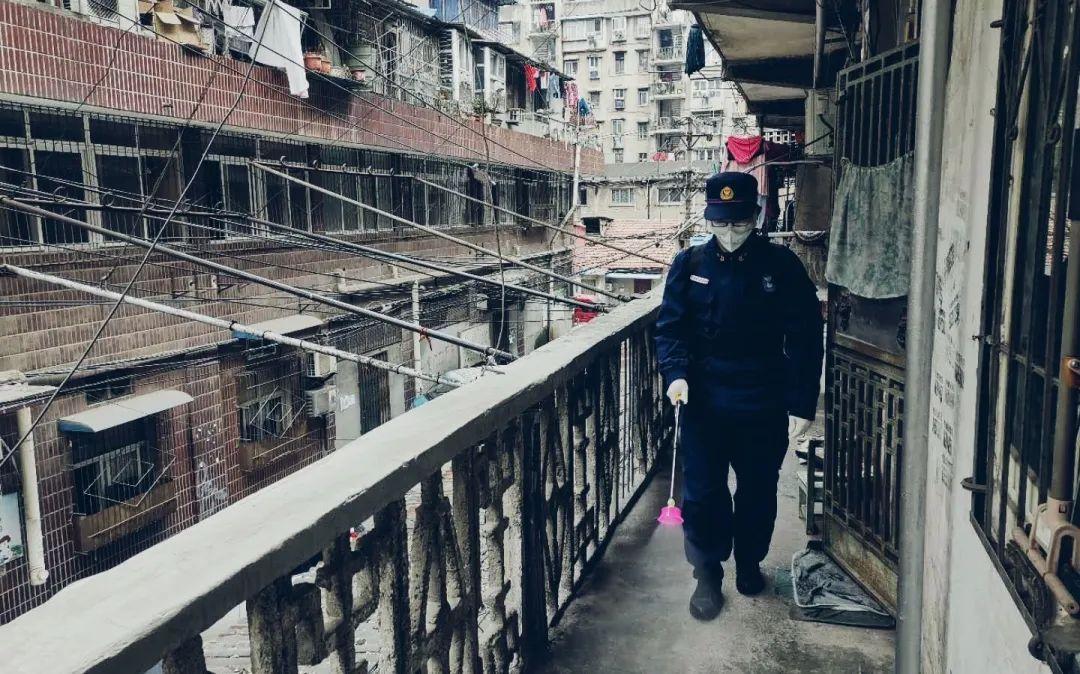 青山区消防员在老旧小区执行消杀任务。受访者供图