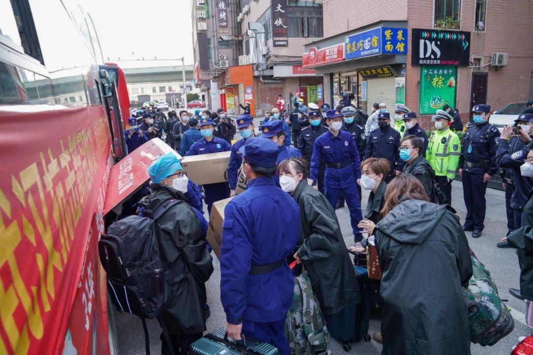3月17日,武昌区消防员帮启程离汉的青海医疗队搬运行李。受访者供图