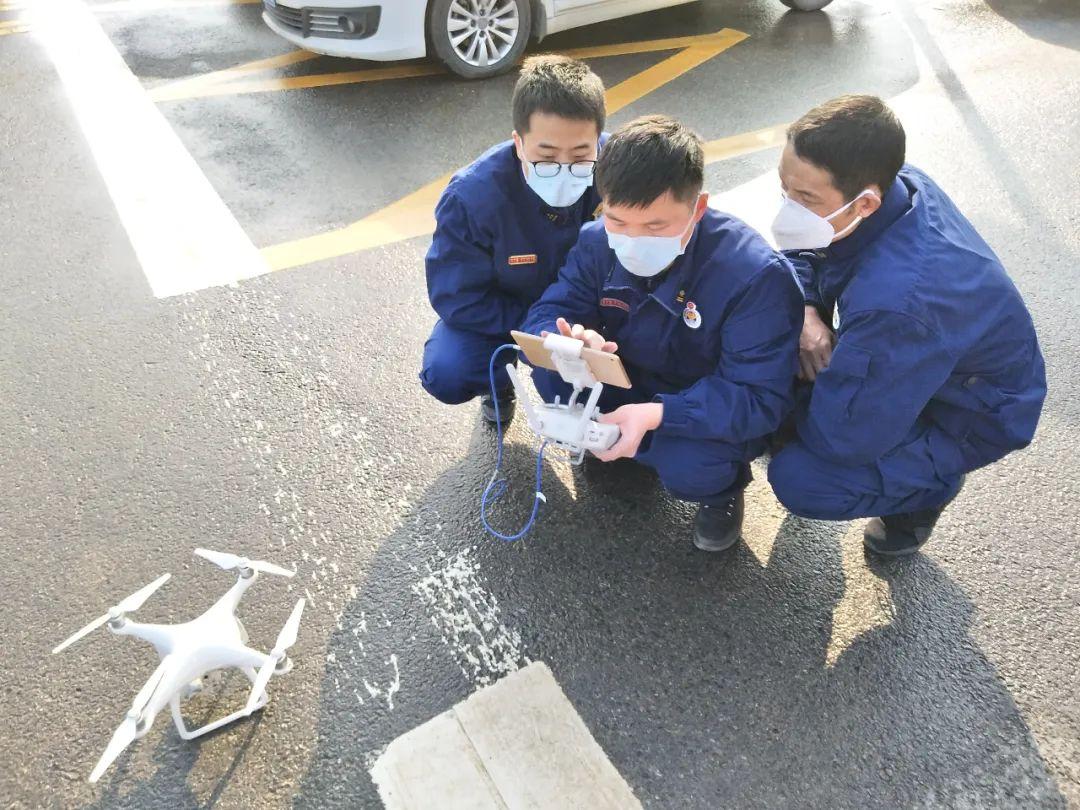 火神山医院消防站的队员们用无人机取医院的三维实景图。受访者供图