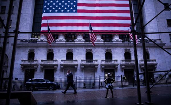 一名行人从美国纽约证券交易所门口走过。新华社 图