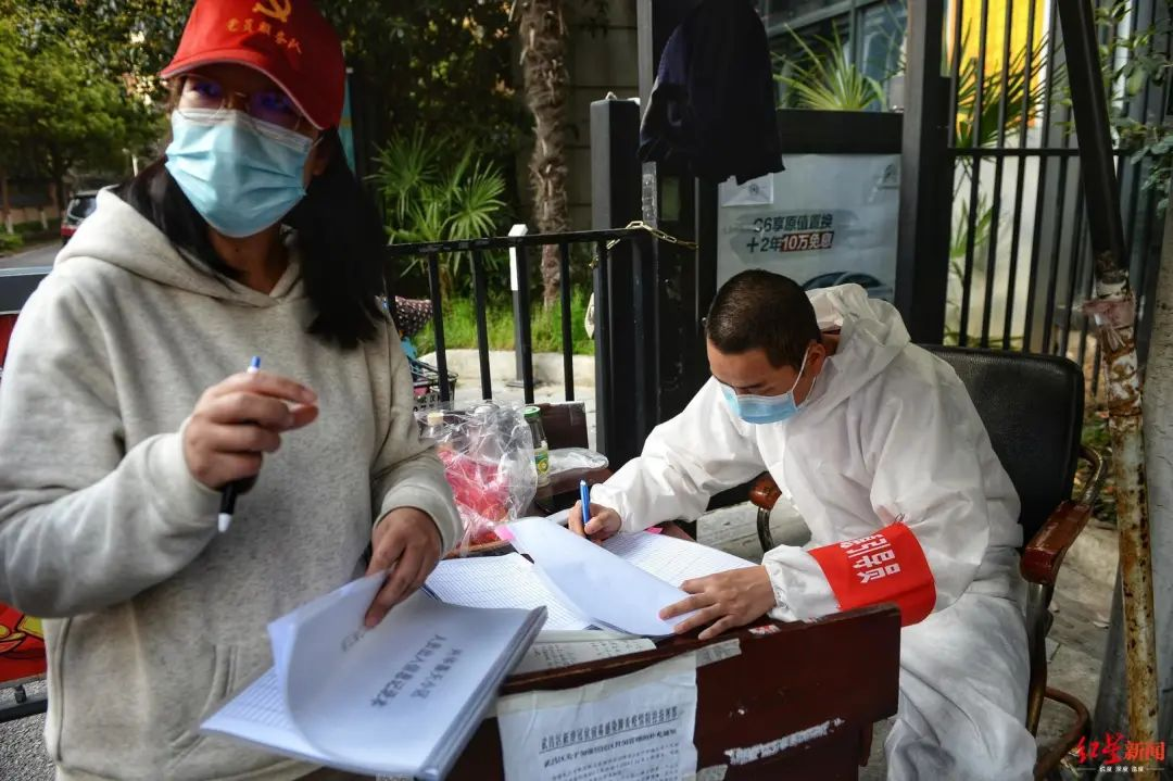 ▲兴华嘉天下小区的志愿者们正在进行进出人员信息登记