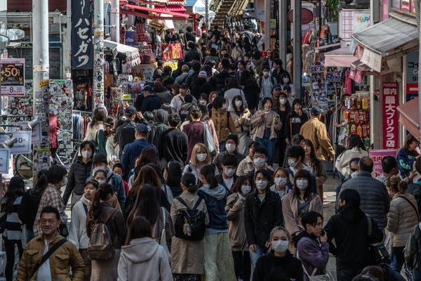 虽然面临疫情威胁,但东京的街头依旧拥挤。