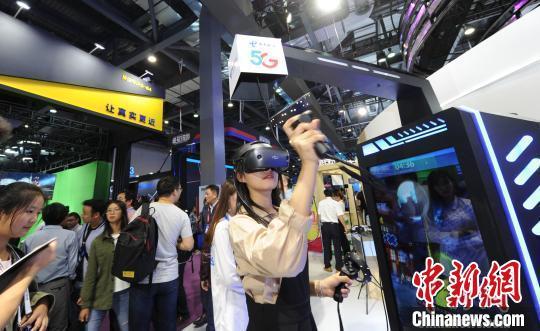 图为民众体验5G+VR技术带来的观感体验。(资料图) 汤扉 摄