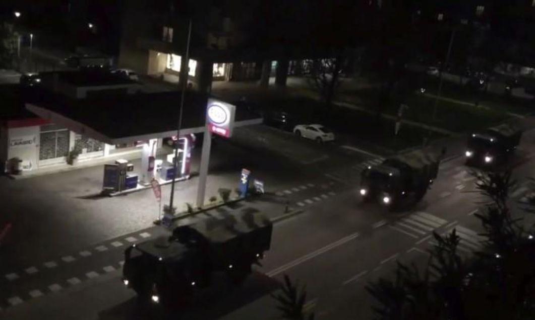 意大利军车驶过城市街道。图源:路透社
