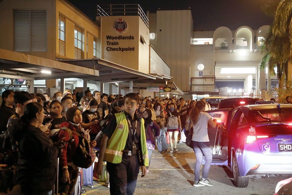 新添坡兀兰火车关卡外人潮拥堵