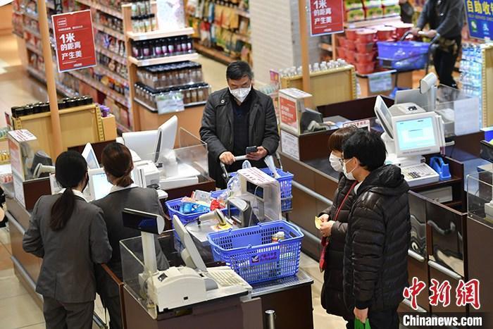 资料图:居民戴口罩外出购物。中新社记者 张浪 摄