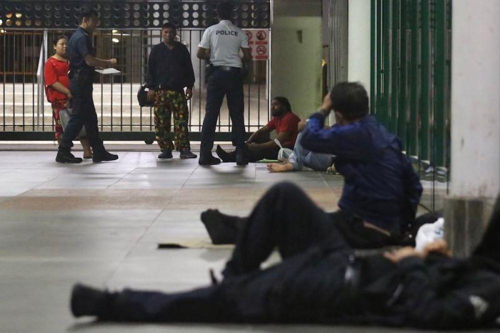 """公共交通保安指挥处的警员叫醒了露宿在克兰芝地铁站的""""越堤族"""""""