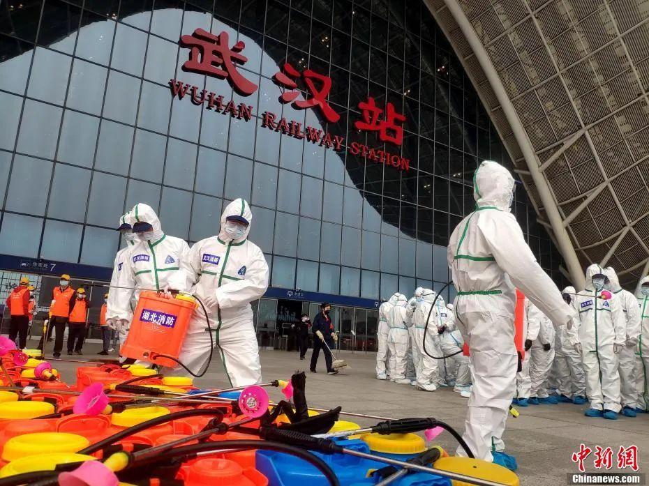 3月24日,湖北武汉消防救援支队70余名队员对武汉火车站候车室、站台、检票口和售票厅等公共场所进行全方位深度消杀。赵军 摄