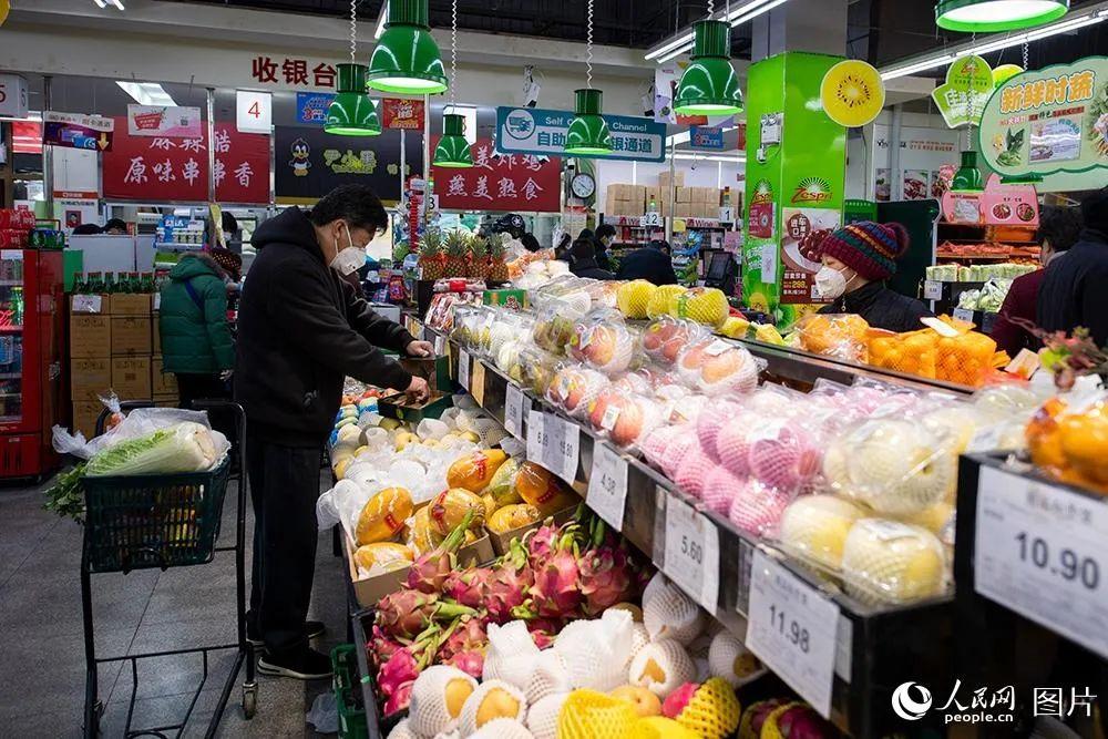 北京某超市,市民购置蔬果,图源人民网