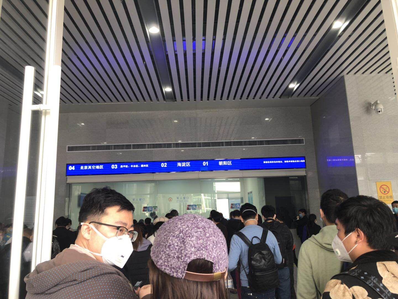 十堰东站一层取票处,旅客依据地区取购票信息单。受访者供图