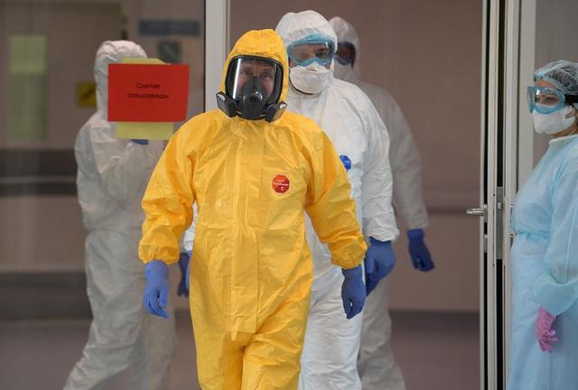 普京穿防护服探访新冠肺炎医院 秘书找来一位特殊摄影师跟拍