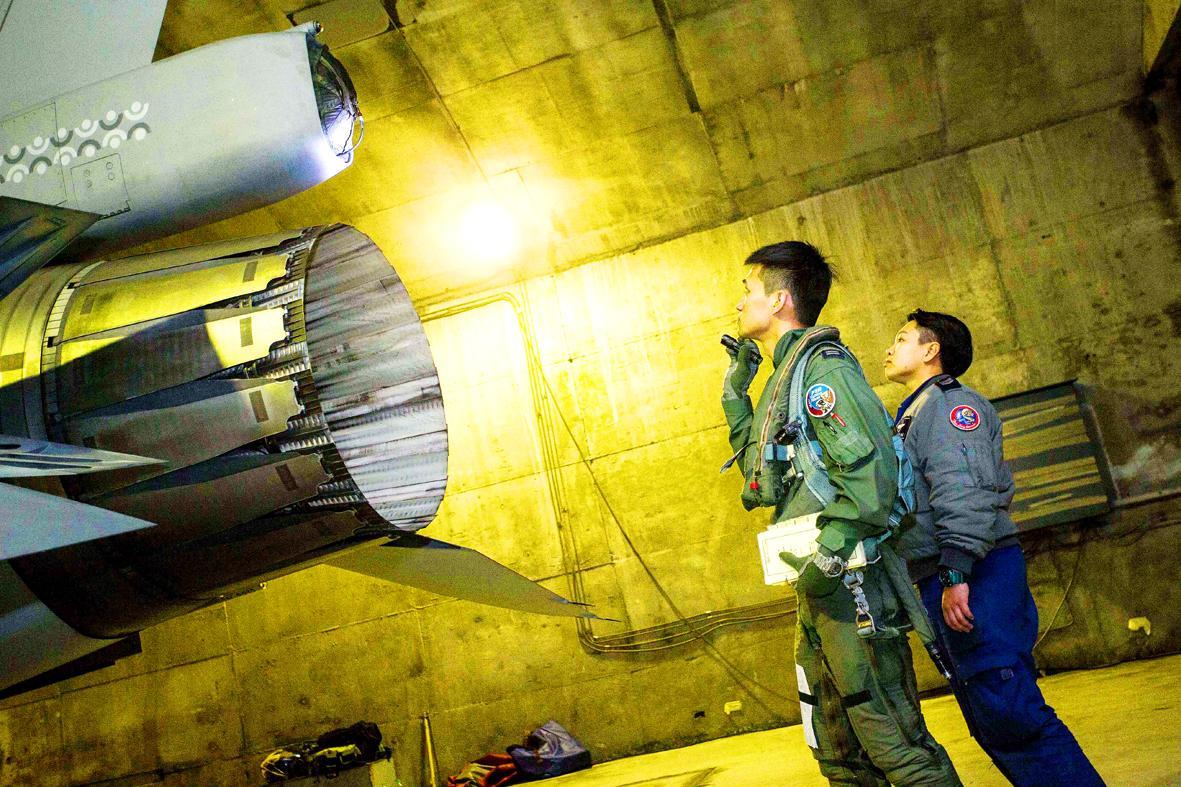 台军飞行员检查战机 图源:台媒